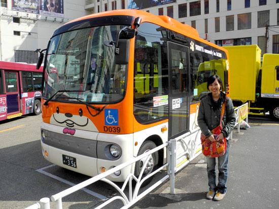 Chibi standing next to Hachiko bus