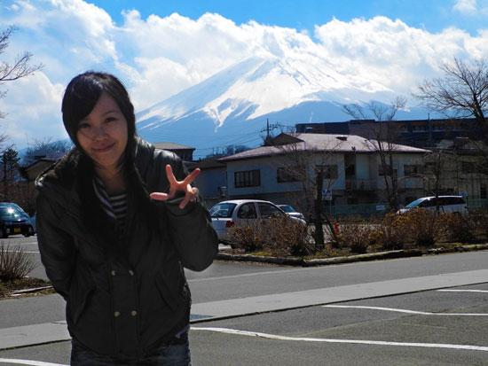 Chibi in front of Mount Fuji