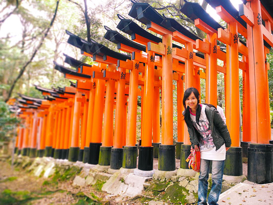 Chibi standing next to the hundreds of torii